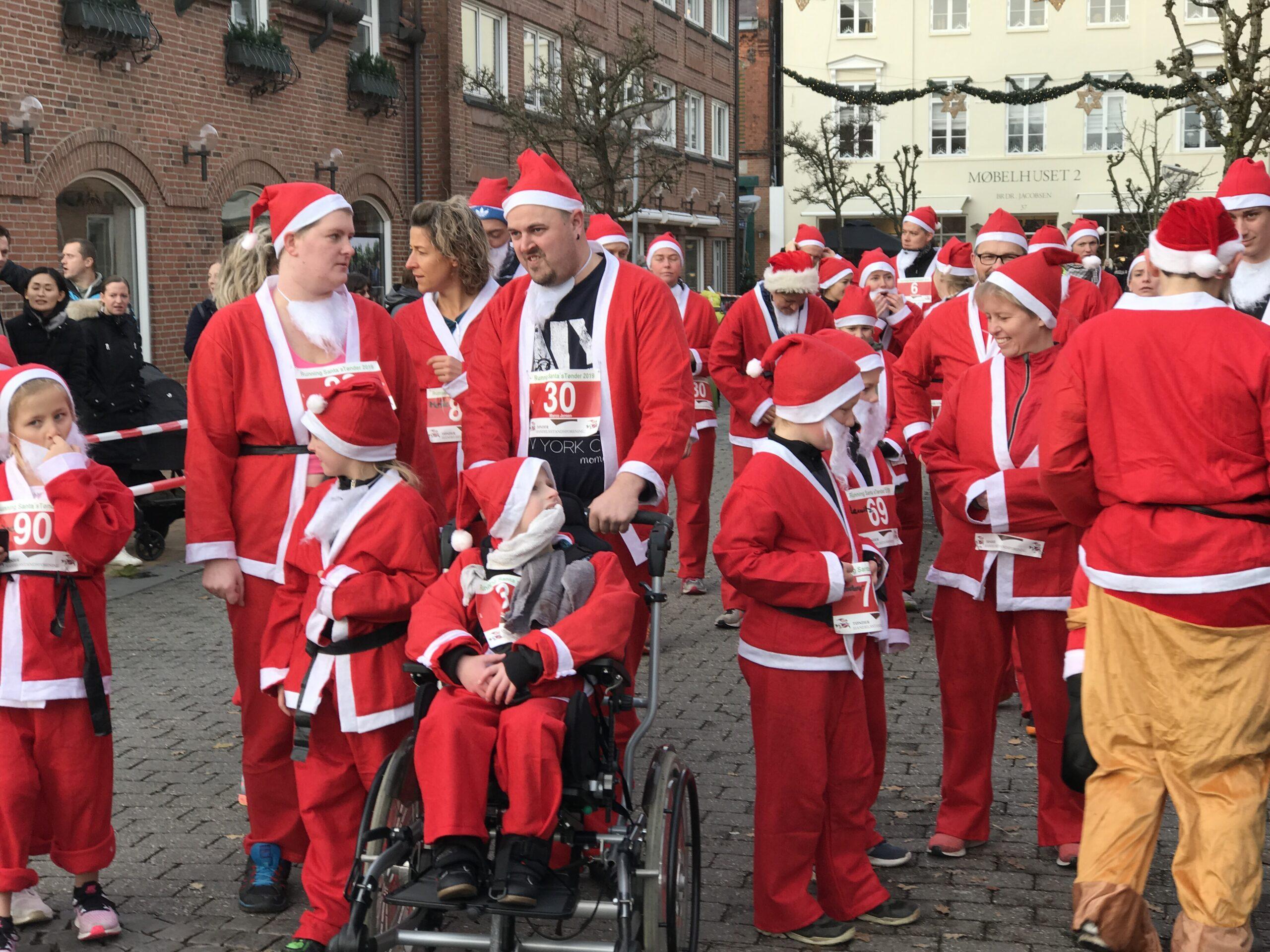 SE FOTOS – Julebyen Tønder: Running Santas